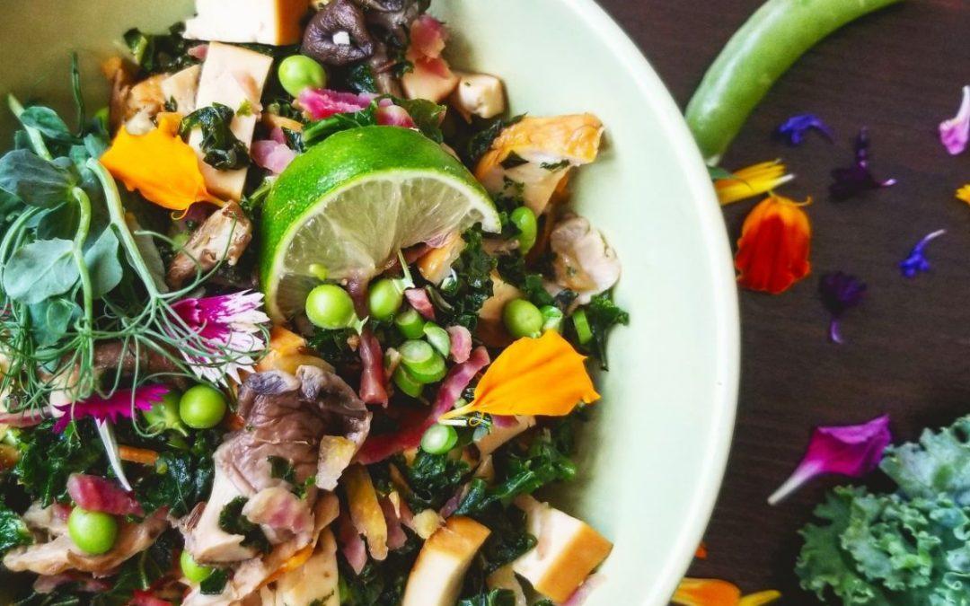 Sauté de kale, tofu fumé et pleurotes aux épices digestives et à la lime